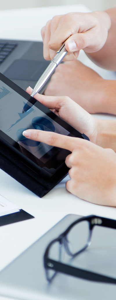 BUSINESS PEOPLE ON TABLET